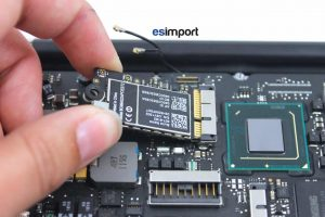 Changement de la carte Airport sur un MacBook A1370 2011 - 02-SORTIR-CARTE-AIRPORT-MACBOOK-AIR-11P-A1370-MI-2011