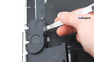 Changement des haut-parleurs sur un MacBook A1398 2013 - 03 GLISSER SPATULE DECOLLER HAUT PARLEUR GAUCHE MACBOOK 15P A1398 RETINA