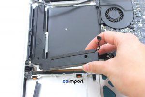 changement du haut-parleur droit sur un MacBook A1286 2008 - 03-SORTIR-BLOC-HAUT-PARLEUR-MACBOOK-15P-A1286-MODELE-2008