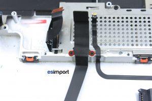 Changement du câble disque dur sur un MacBook A1297 - 05-DEVISSER-2-VIS-DE-MAINTIEN-DU-CABLE-DISQUE-DUR-MACBOOK-PRO-A1297