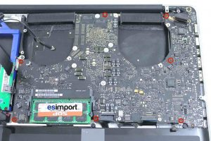 démontage de la carte-mère sur un MacBook A1286 2011 - 05-DEVISSER-7-VIS-CARTE-MERE-MACBOOK-PRO-15P-A1286-DEBUT-2011