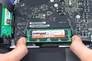 06-EXTRAIRE-BARRETTES-RAM-MACBOOK-PRO-15P-A1286-DEBUT-2011