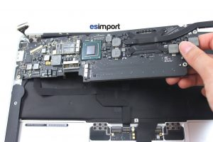 Démontage de la carte-mère sur un MacBook A1370 2011 - 09-DELOGER-CARTE-MERE-MACBOOK-AIR-11P-A1370-MI-2011