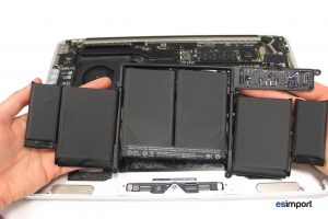 changement de la batterie sur un MacBook A1502 2013 - 15 SOULEVER BATTERIE ENTIEREMENT DECOLLEE MACBOOK RETINA A1502 FIN 2013