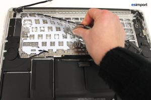 Changement du clavier sur un MacBook A1398 - 16 ARRACHER EN DERNIER LE BAS DU CLAVIER MACBOOK PRO 15 RETINA A1398