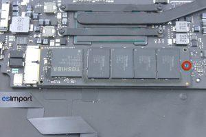 6-ENLEVER-VIS-DISQUE-SSD-MACBOOK-AIR-11P-A1465-MI-2013