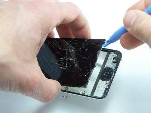 Changement de l'ensemble écran sur un iPod touch 4 - SOULEVER LCD AVEC OUTIL PLASTIQUE