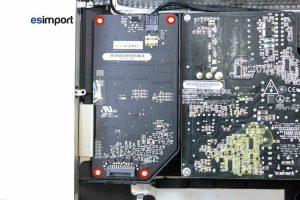Changement de la carte rétro-éclairage sur un iMac A1312 2010 - 01-devisser-4-vis-torx-9-carte-retro-eclairage-imac-27-pouces-a1312-mi-2010