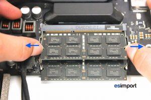 Changement de la RAM sur un iMac A1418 2012 - 02-sortir-barrette-ram-resultat-carte-mere-demontee-imac-21-5p-a1418-fin-2012