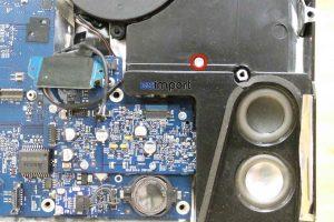 11-enlever-vis-speaker-droit-imac-a1225-main