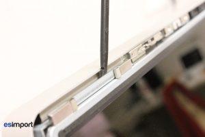 4-glisser-outil-spudger-entre-chassis-et-ecran
