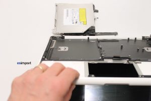 Changement du topcase sur un MacBook A1342 - 8 DEPOSER ECRAN MACBOOK