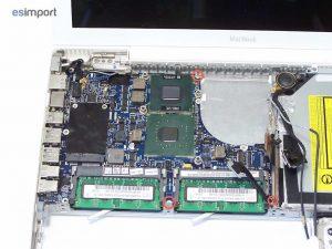 Démontage de la carte-mère sur un MacBook A1181 - CARTE MERE