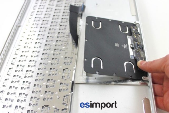 09 RETIRER TRACKPAD FORCETOUCH DU CHASSIS MACBOOK PRO RETINA A1398 MI 2015